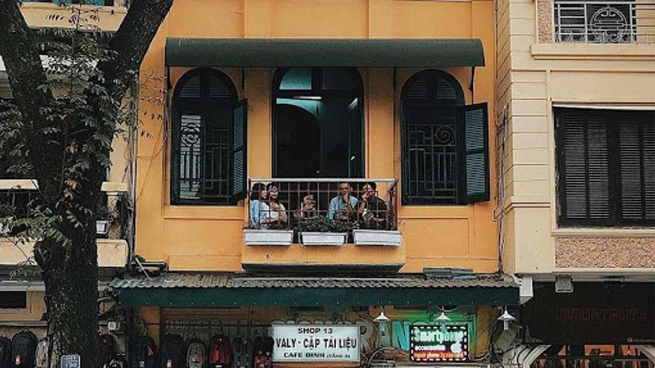 Ban công nhỏ vừa riêng tư vừa có view đẹp ra cầu Thê Húc để nhóm bạn thưởng thức cafe trứng. Nguồn: Internet
