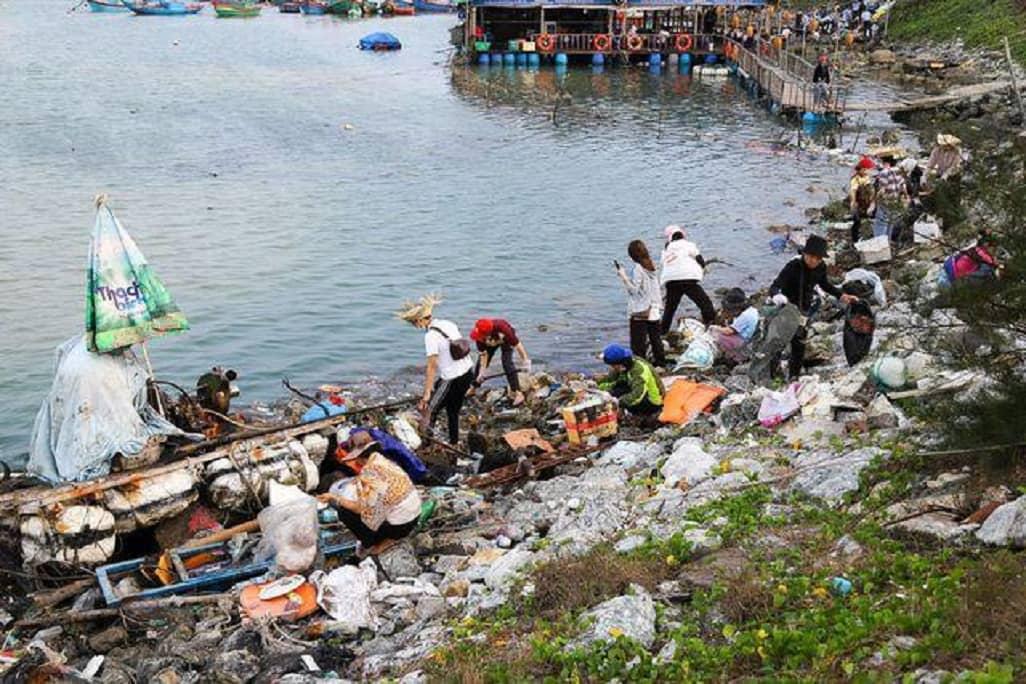 1 góc bãi biển Lý Sơn toàn rác trước khi chiến dịch #ChallengeForChange xuất hiện