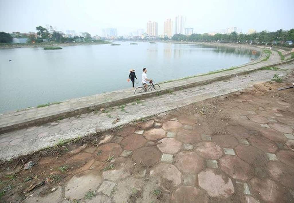 Hồ Định Công yên ả và trong lành sau khi được dọn rác sạch sẽ