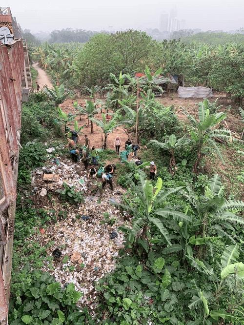 Bãi bồi sông Hồng trước khi được dọn rác sạch sẽ