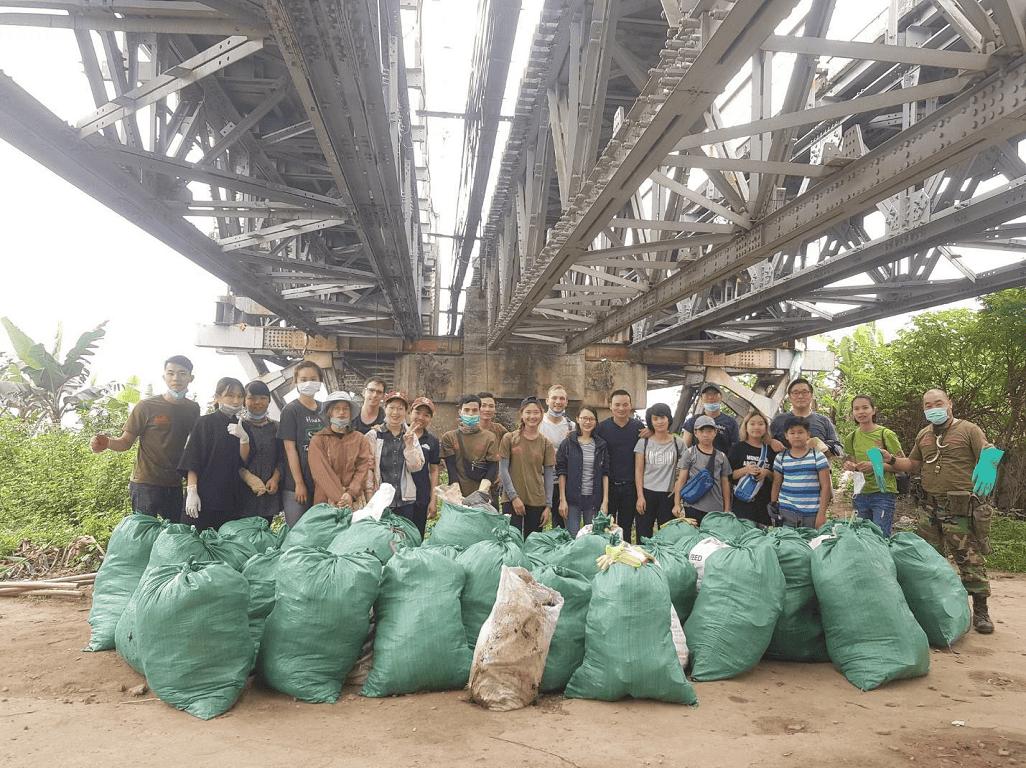 """""""Thành quả"""" của họ là những túi rác to tướng, đồng nghĩa với việc trả lại quang cảnh trong xanh, sạch sẽ cho bờ sông nổi tiếng đất thủ đô."""