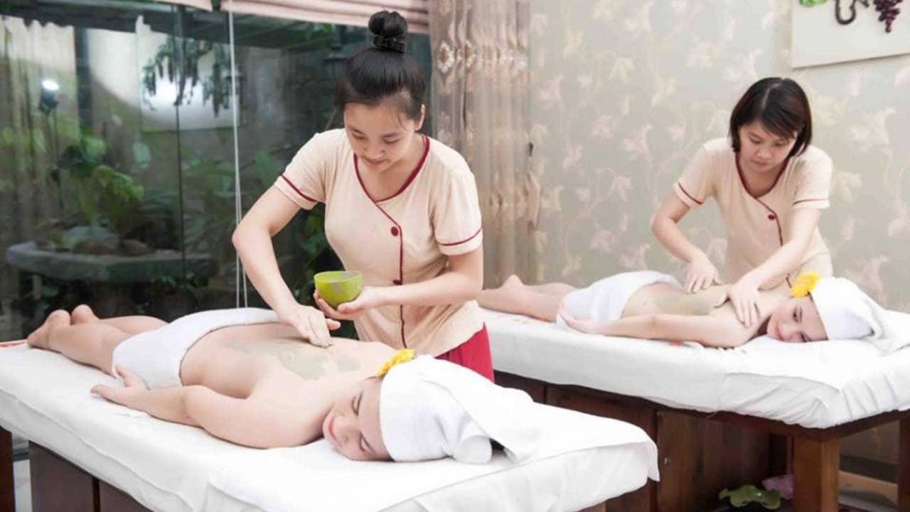 Sau khi xông hơi, khách hàng lựa chọn massage body ủ bùn để thư giãn tại Dạ Yến Thảo Spa. Nguồn: Internet