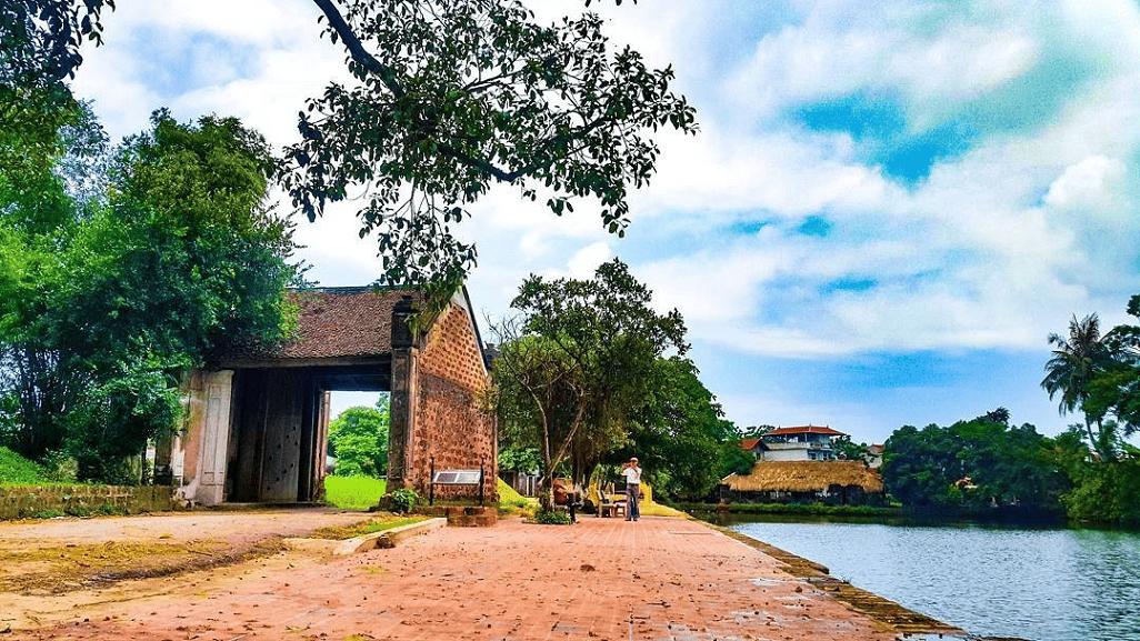 Làng cổ Đường Lâm vẫn còn giữ được nét cổ kính, nên thơ của làng quê Việt