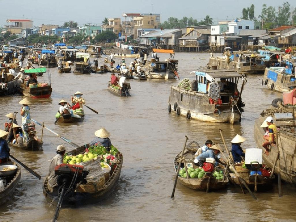 Thuê một chiếc thuyền nhỏ đi dọc đôi đôi bờ sông Hậu sẽ là cảm giác khiến bạn khó thể nào quên được.