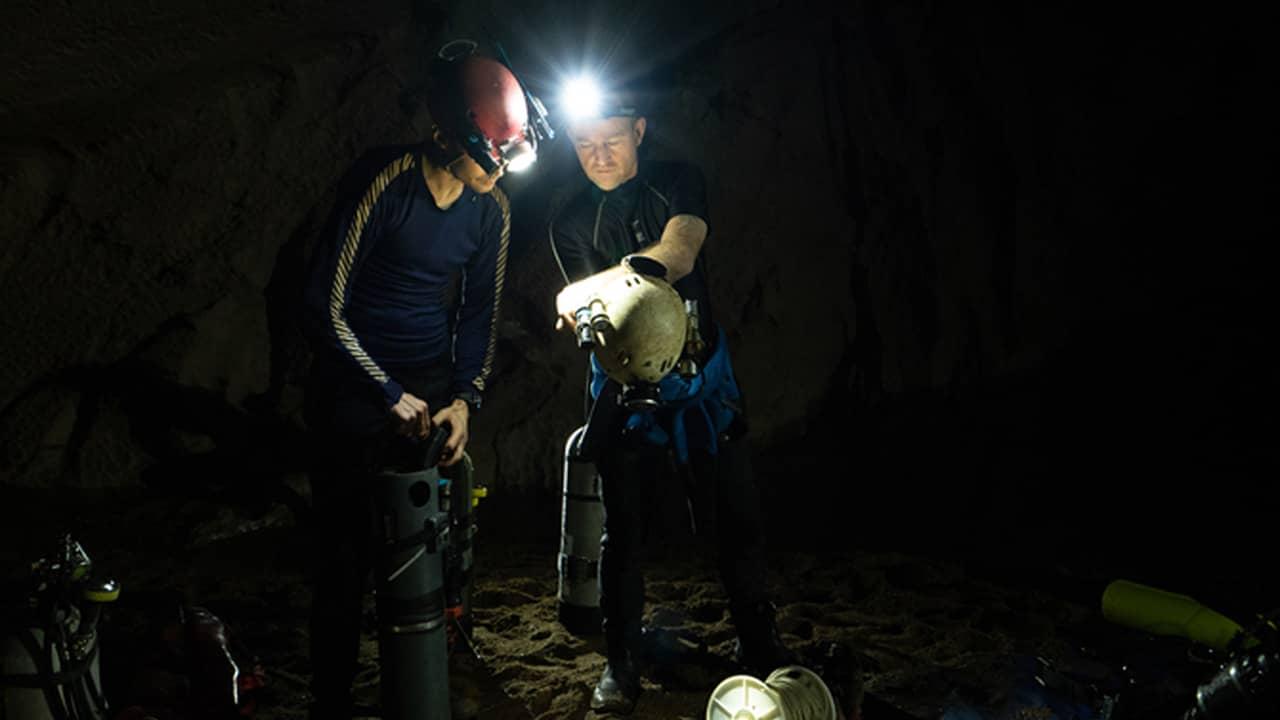 Hành trình thám hiểm sông ngầm bắt đầu từ 1/4 đến 4/4. Mỗi thợ lặn phải đeo hai bình khí nén trên người khi luồn lách trong những hang động hẹp và nhiều ngóc ngách. Họ cũng sử dụng hệ thống tuần hoàn, tái sử dụng không khí thay vì thải ra ngoài để lặn trong nhiều giờ.