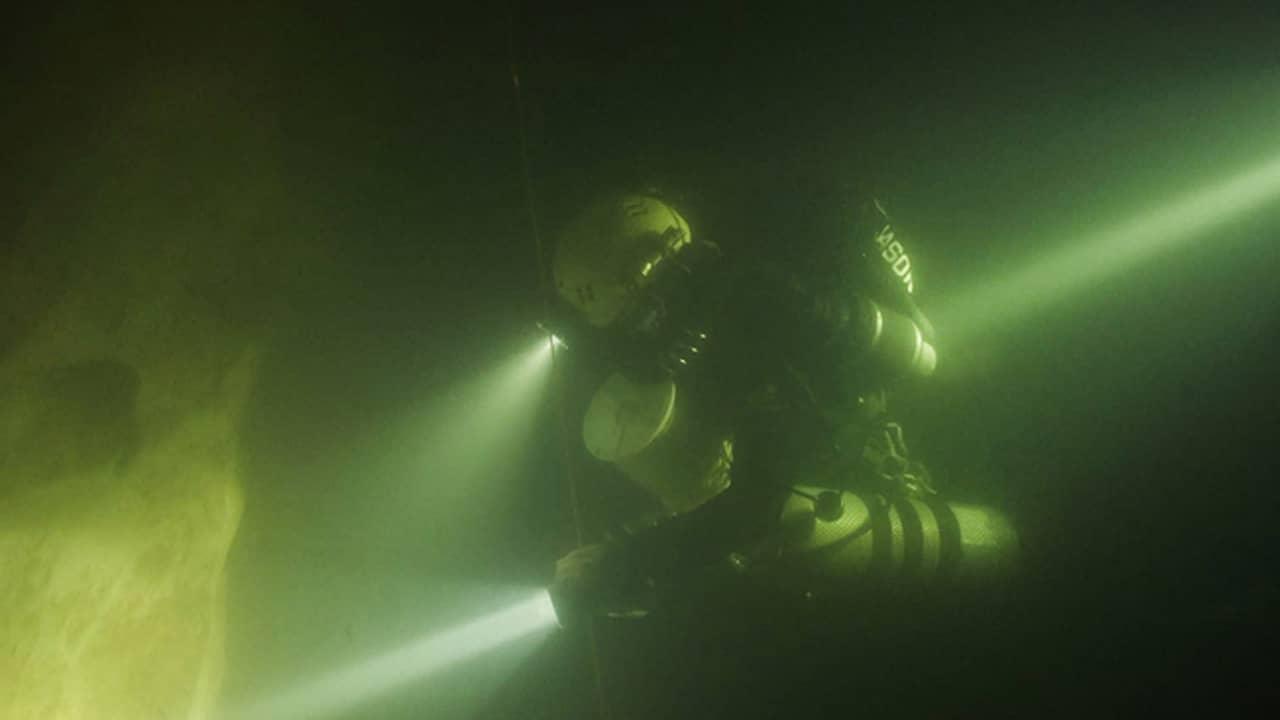 """Jason cho biết, khi ông lặn xuống 77 m thì hang càng sâu hơn, không thể nhìn thấy đáy hang, tầm nhìn chỉ 2-3 m. """"Khi đó chúng tôi nhận thấy độ sâu có thể đến hơn 100 m. Vấn đề của Sơn Đoòng là hang quá lớn khiến chúng tôi gặp khó khăn khi khám phá. Tôi tiếc vì không thể nhìn thấy hết quy mô của hang ngầm, chúng tôi muốn vẽ bản đồ hang để thể hiện thành quả công việc"""", Jason nói."""