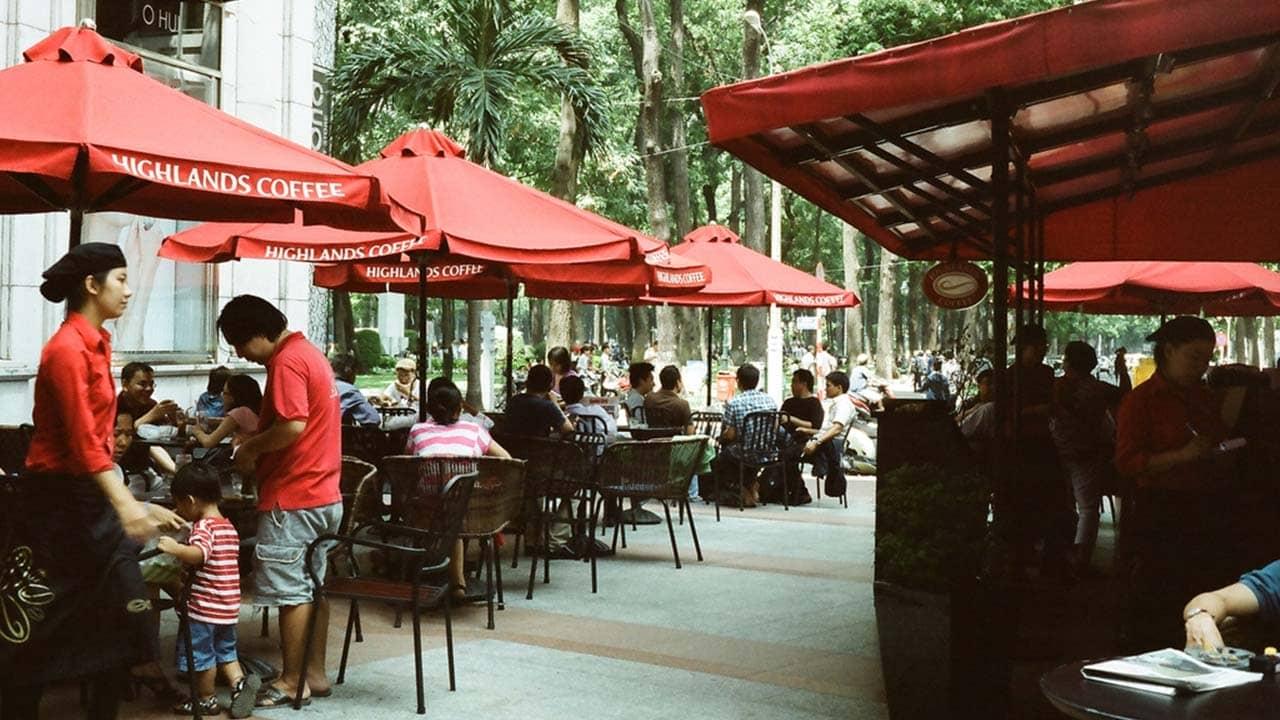 Quán cafe nằm ở khuôn viên ngoài trời thoáng mát và rộng rãi. Nguồn: Internet