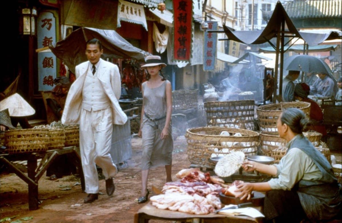 Người tình bước đi trong khu chợ lớn