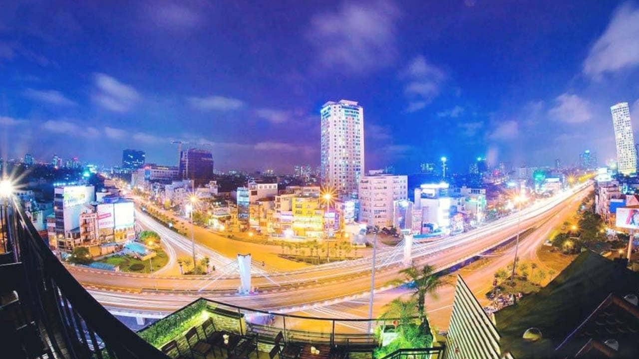 Quán cafe view đẹp Hà Nội Lylagua với tầm nhìn xuống cầu vượt Ngã Tư Sở tuyệt đẹp khi về đêm. Nguồn: Internet