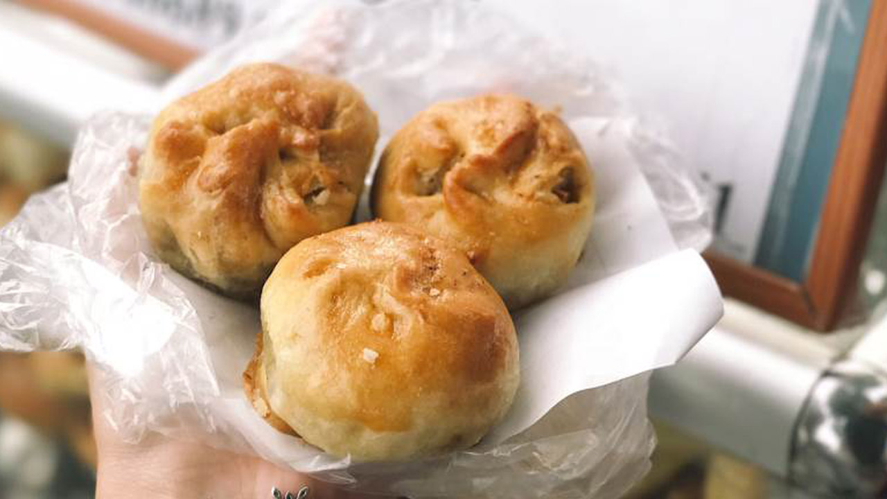 Món ngon đặc sản Nam Định - bánh xíu páo có vỏ mỏng giống bánh nướng với màu vàng ruộm nhưng thơm, mềm