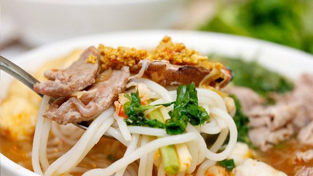Món ngon đặc sản Nam Định này hút thực khách vì nước dùng thơm lừng, màu vàng của mỡ hành, của gạch cua...