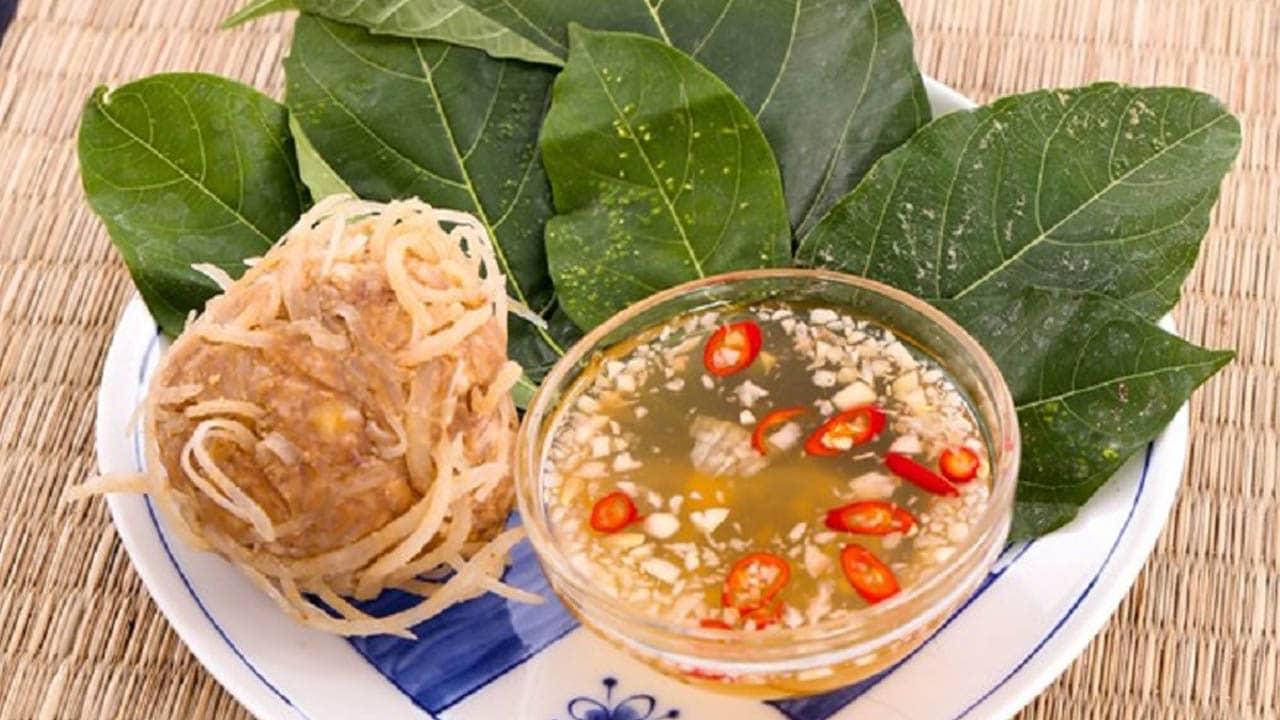 Khi ăn nem nắm Giao Thủy, du khách có thể dùng với lá sung, chấm với nước mắm tỏi ớt