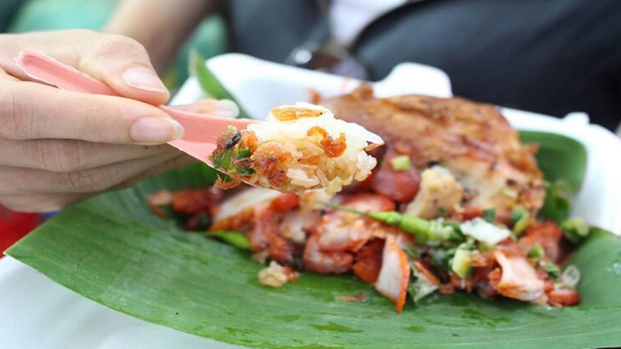 Đặc sản xôi xíu chính là xôi trắng được người ta thưởng thức kèm với thịt xá xíu thơm ngon