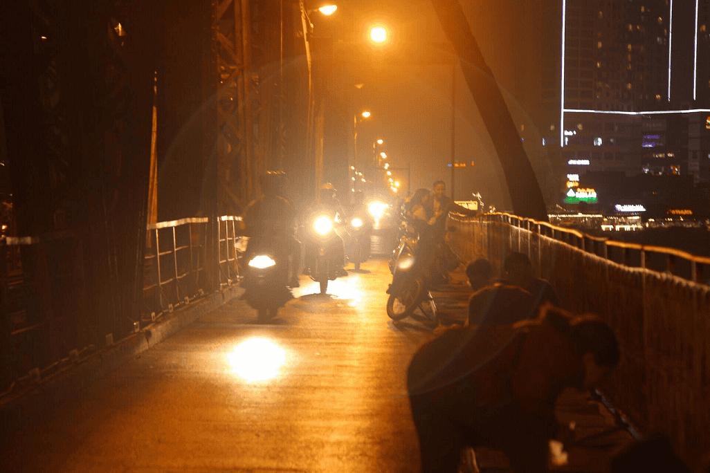 Cùng nhau ngắm cây cầu hoen rỉ cũ kỹ chuyển mình đầy lung linh và quyến rũ khi đêm về