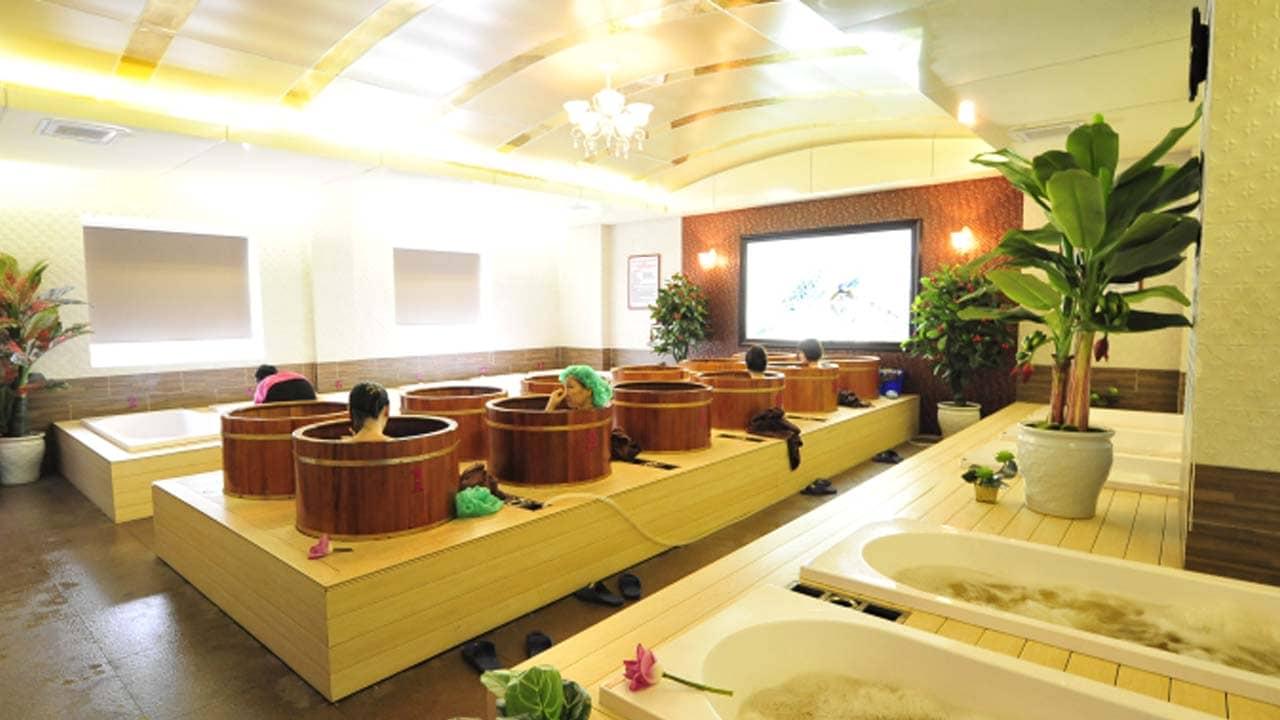 Tắm thuốc bắc tại địa chỉ xông hơi Hà Nội Hương Sen. Nguồn: Internet