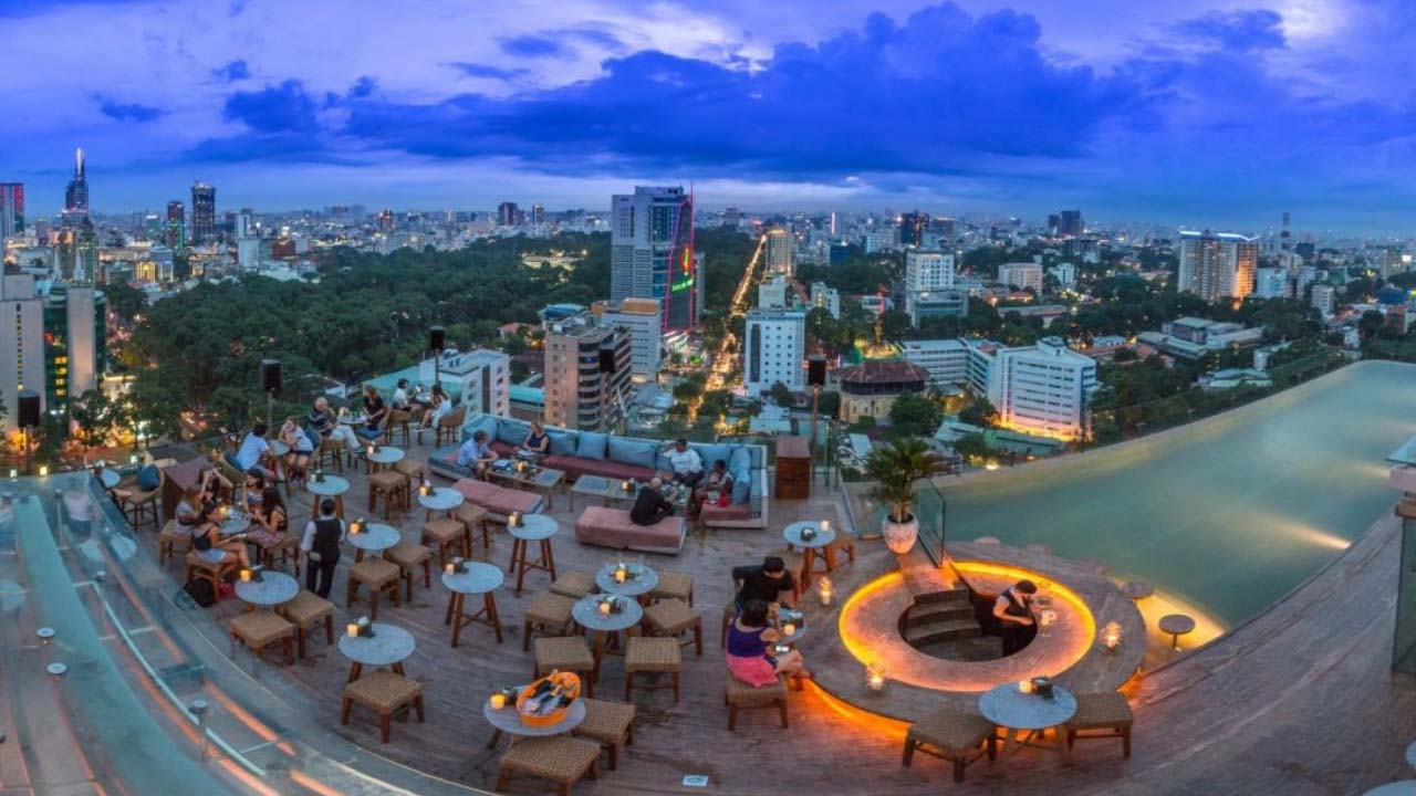 Rooftop pool cafe tại Hotel Des Arts Saigon