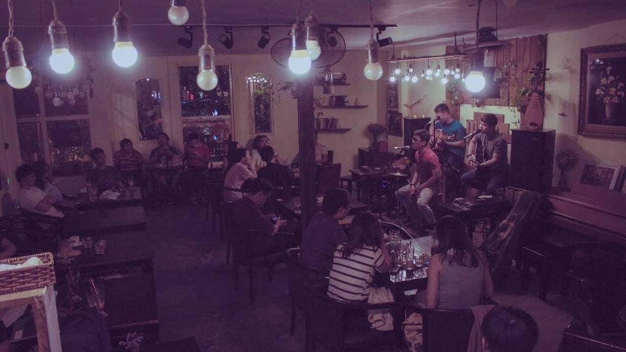 Nghe nhạc và thưởng thức đồ uống tại Mộc cafe