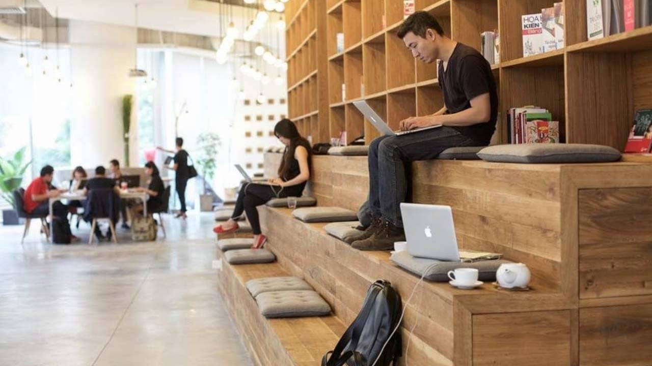 Không gian Work cafe quán lấy hai tông màu vàng làm màu sắc chủ đạo, có phần giống thư viện, yên tĩnh