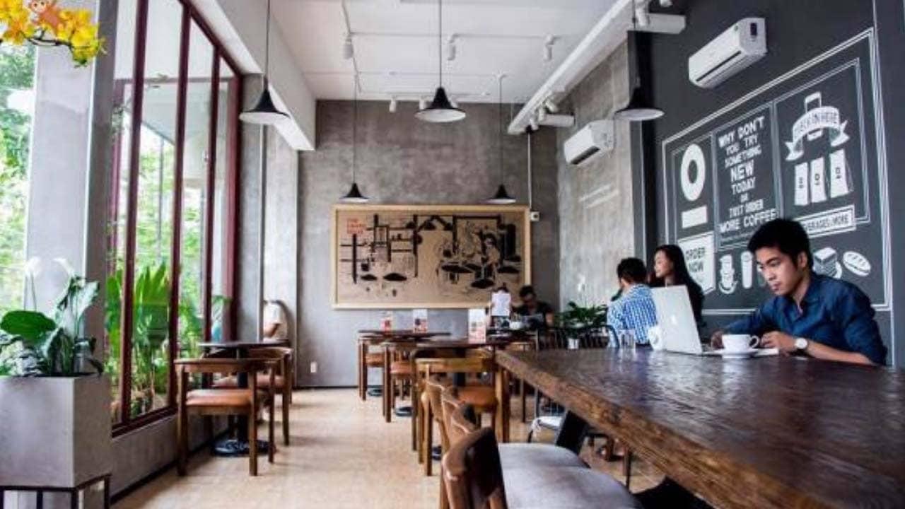 Thiết kế quán đơn giản, không quá rườm rà là không gian làm việc, học bài rất được giới trẻ yêu thích.