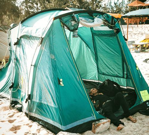 Nằm trong lều trại nghe tiếng sóng vỗ rì rào, tiếng gió cuộn vào kề sát bên tai và hít hà hương vị biển cả đầy trong lành