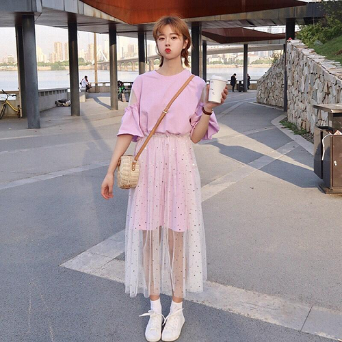 Áo thun tay phồng và chân váy xòe là một item lý tưởng giúp các nàng đầy đặn hơn. Với tone màu hồng pastel thì lại càng phù hợp với những cô nàng bánh bèo. Chỉ với cách chọn đồ đơn giản như vậy bạn có thể dạo phố và vui chơi trên biển mà không tự ti về ngoại hình tong teo của mình nữa