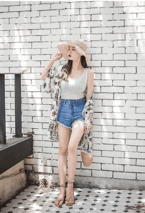 Áo khoác+kimono+áo 2 dây+short ngắn+sandal dây sẽ là set đồ đi biển cực chất cho bạn nữ thời trang sành điệu mà không bao giờ lỗi mốt cho những nàng cò hương. Đặc biệt những nàng yêu thích sự năng động và cá tính thì đừng bỏ qua set đồ này nhé. Chiếc áo khoác kimono vừa giúp bạn bảo vệ làn da và vừa làm bộ trang phục của bạn thêm nổi bật. Với set đồ này trông bạn sẽ khác gì một fashion chính hiệu.