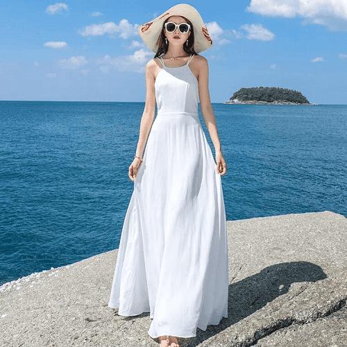 Váy maxi trắng là một item giúp người gầy trông đầy đặn và tôn dáng hoàn hảo nhất và là sự lựa chọn tuyệt vời muốn thể hiện sự đẳng cấp và sang trọng khi đi biển. Với kiểu váy maxi 2 dây sẽ phù hợp với các nàng có bờ vai trắng nõn nà và rất quyến rũ luôn. Bạn có thể kết hợp với một chiếc mũ rộng vành và một chiếc kính râm thời thượng thì tuyệt nhiên bạn chính là một nàng thơ nữ tính và dịu dàng trong mắt mọi người
