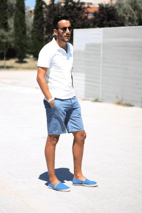 Đây là set đồ mang đậm phong cách quý ông lịch lãm. Item áo thun trắng và quần short màu giúp đàn ông trung niên trông mạnh mẽ và lịch lãm