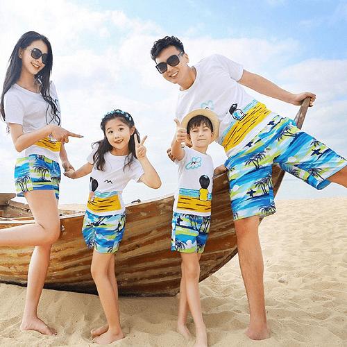 Set trang phục phù hợp cho cả gia đình và hợp với khung cảnh nơi biển xanh cát trắng nắng vàng kết hợp với áo phông họa tiết giúp cho chuyến đi của gia đình bạn trọn vẹn và hoàn hảo hơn