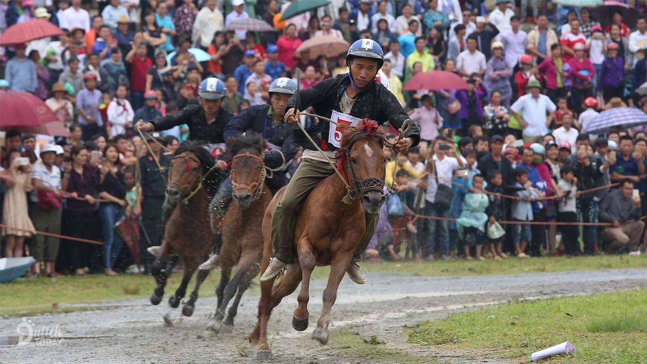 Giải đua ngựa hấp dẫn rất nhiều du khách tại lễ hội