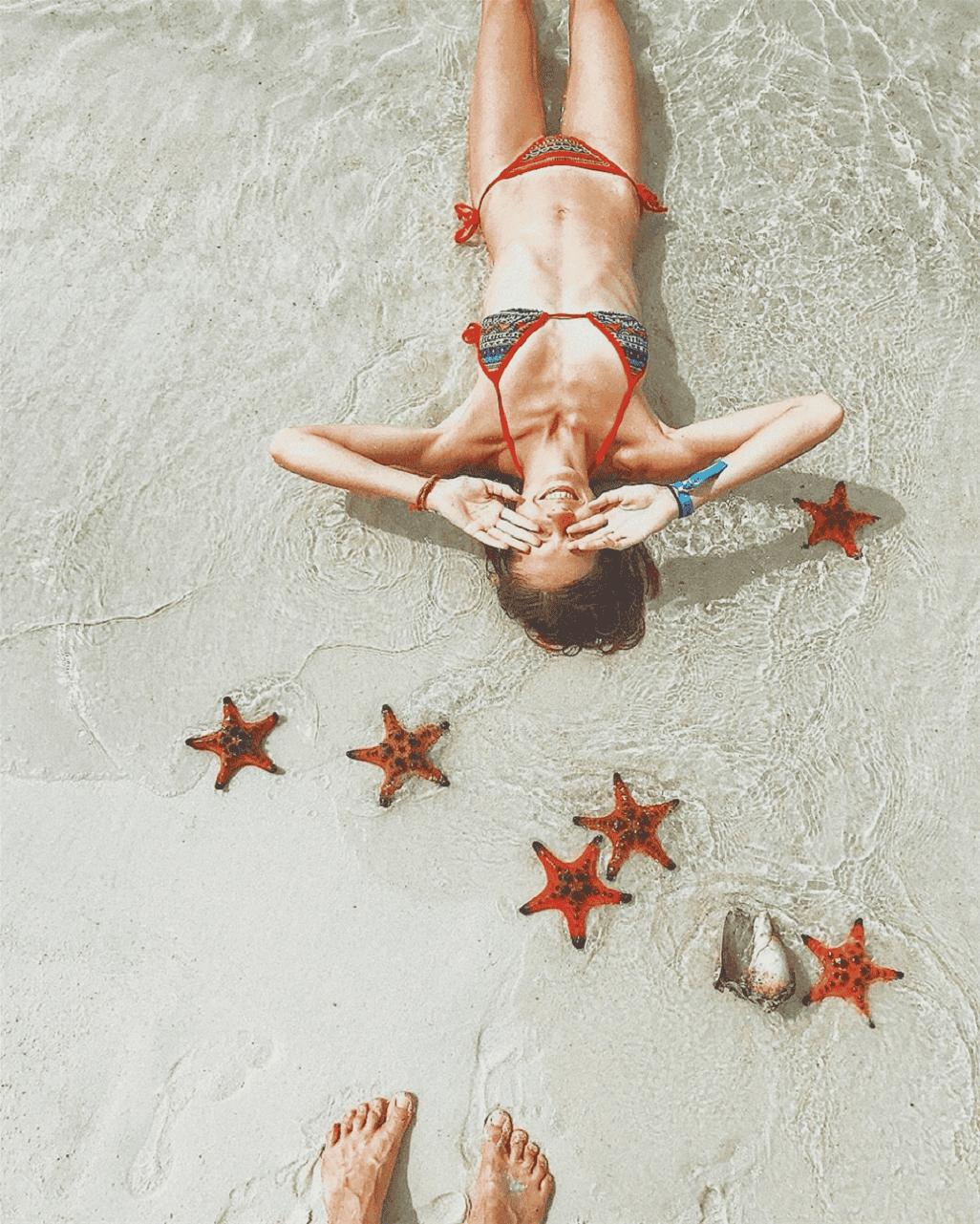 Du khách nước ngoài cực kỳ thích thả dáng bên bãi biển xanh trong cát mịn cùng những chú sao biển.