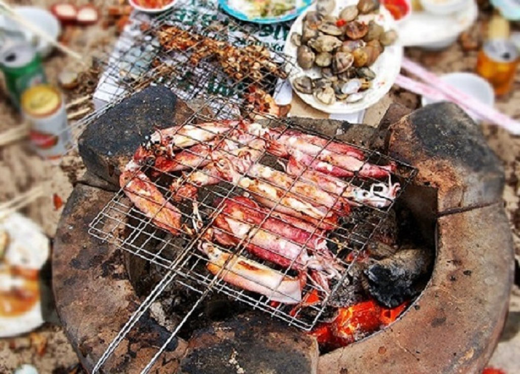 Mực trứng tươi nướng muối ớt là đặc sản của làng Rạch Vẹm.