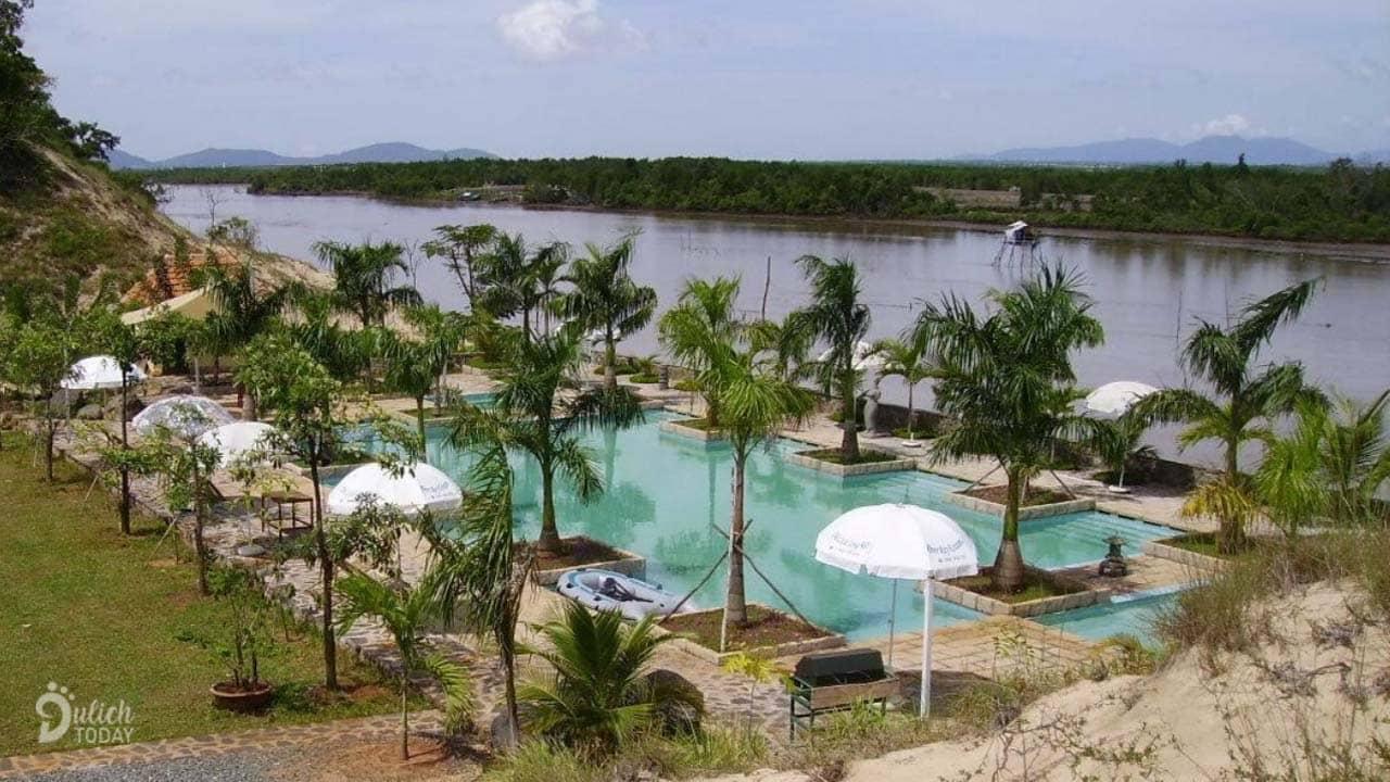 Resort nằm ngay bên bờ sông Ray với tầm nhìn tuyệt đẹp ra một vùng sông nước nên thơ