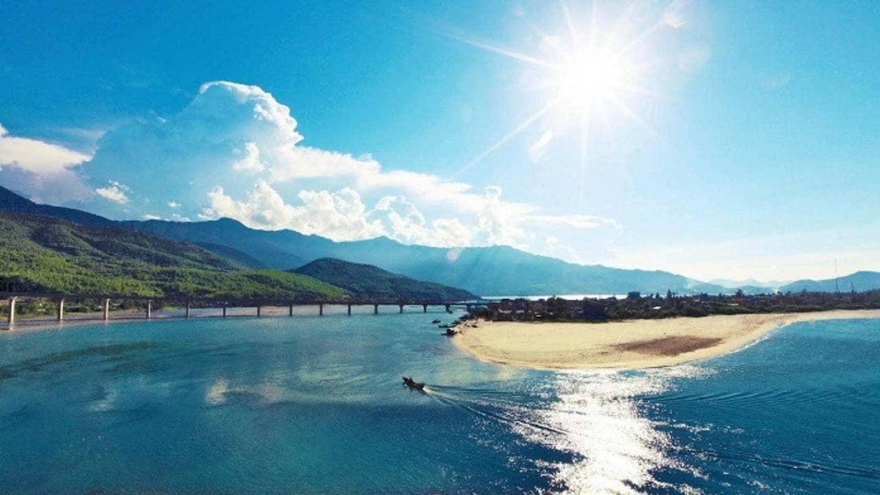 Vẻ đẹp hoang sơ của biển Lăng Cô Huế