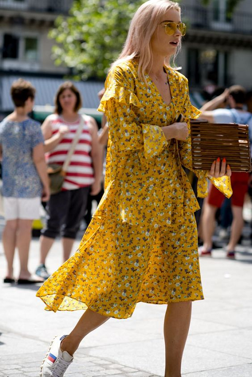 """Một chiếc váy hoa tay bồng, được thiết kế chít eo, cổ chữ V , kết hợp với giày oxford sẽ là item hoàn hảo cho những cô nàng cá tính, không quá """"bánh bèo"""" và nổi bật trong đám đông trên phố."""