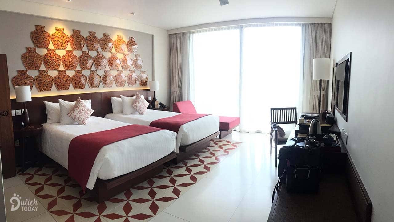 Phòng nghỉ tầm trung tại Salinda Resort rộng rãi với ban công lớn, view rộng ahalong.com