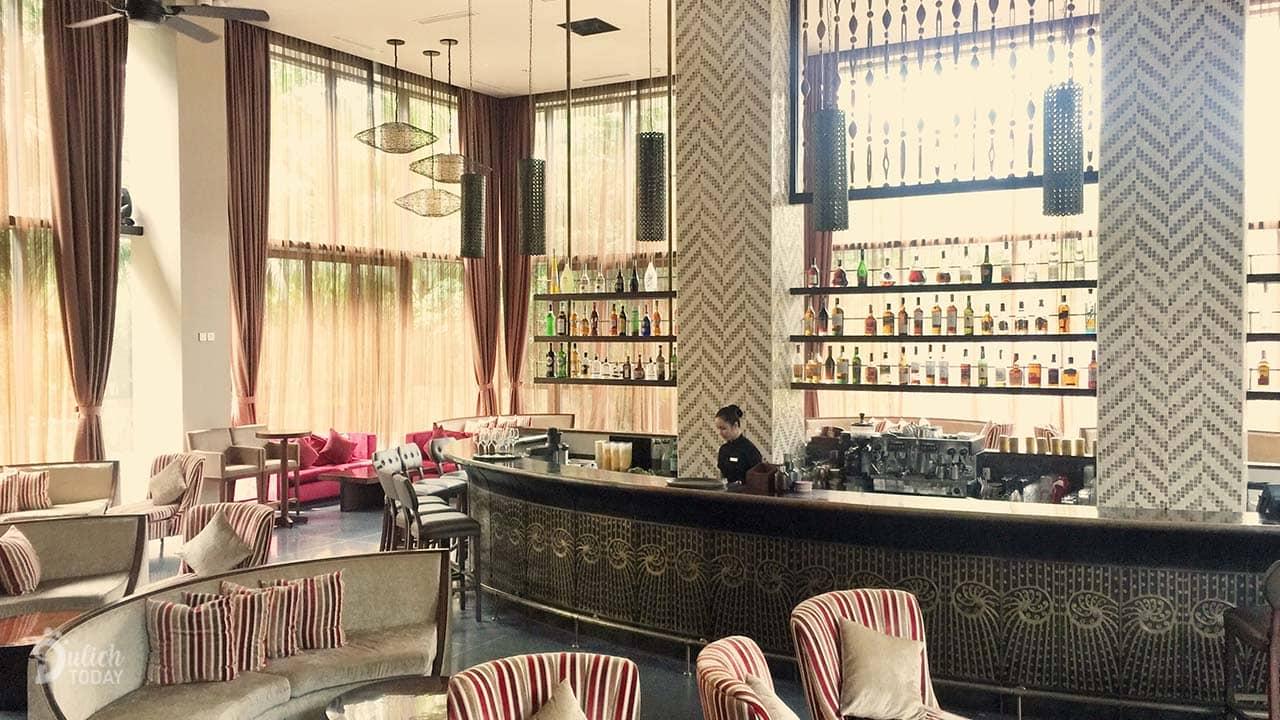 ahalong.com Quán bar cho khách ngồi chờ rộng và đẹp