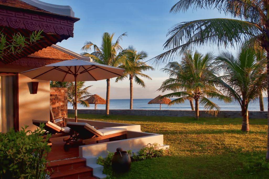 Thư giãn trên chiếc ghế lắng nghe tiếng sóng vỗ và tận hưởng không gian đẹp và yên tĩnh
