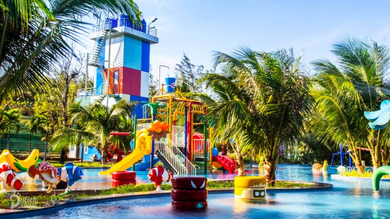 Khu vui chơi bên cạnh bể bơi dành cho các bạn nhỏ tại resort