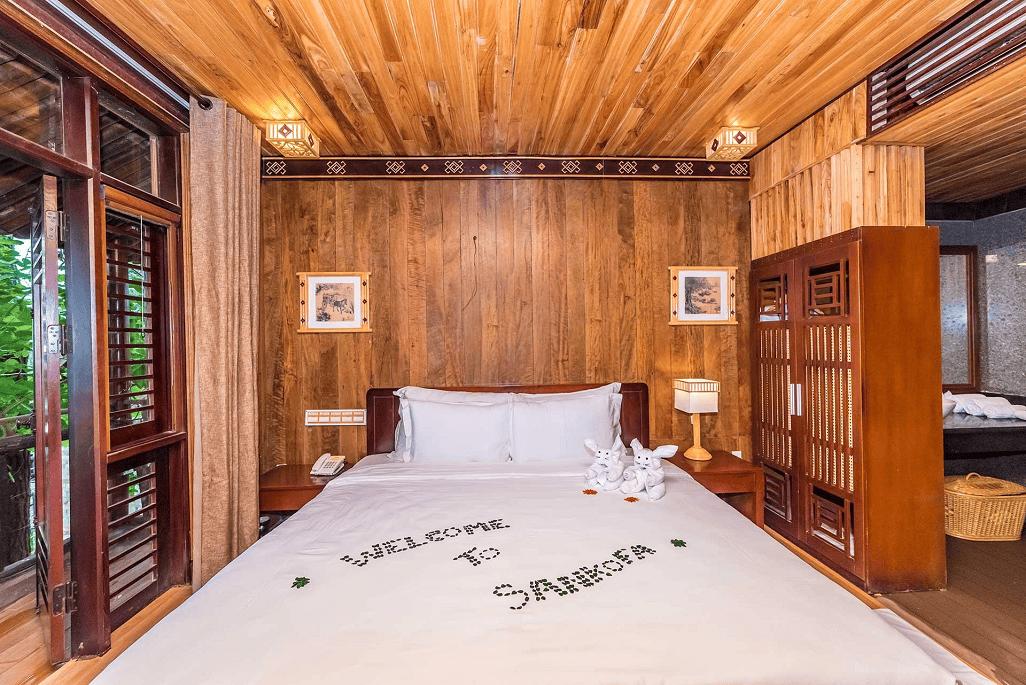 Phòng ngủ với gam màu trầm ấm và mang nét cổ xưa