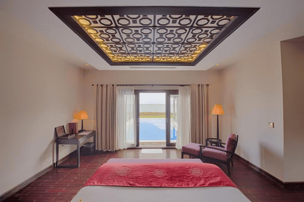 Các phòng nghỉ tại Ana Mandara Hue Beach Resort có nội thất rộng rãi lấy cảm hứng từ Việt Nam và đi kèm ban công riêng