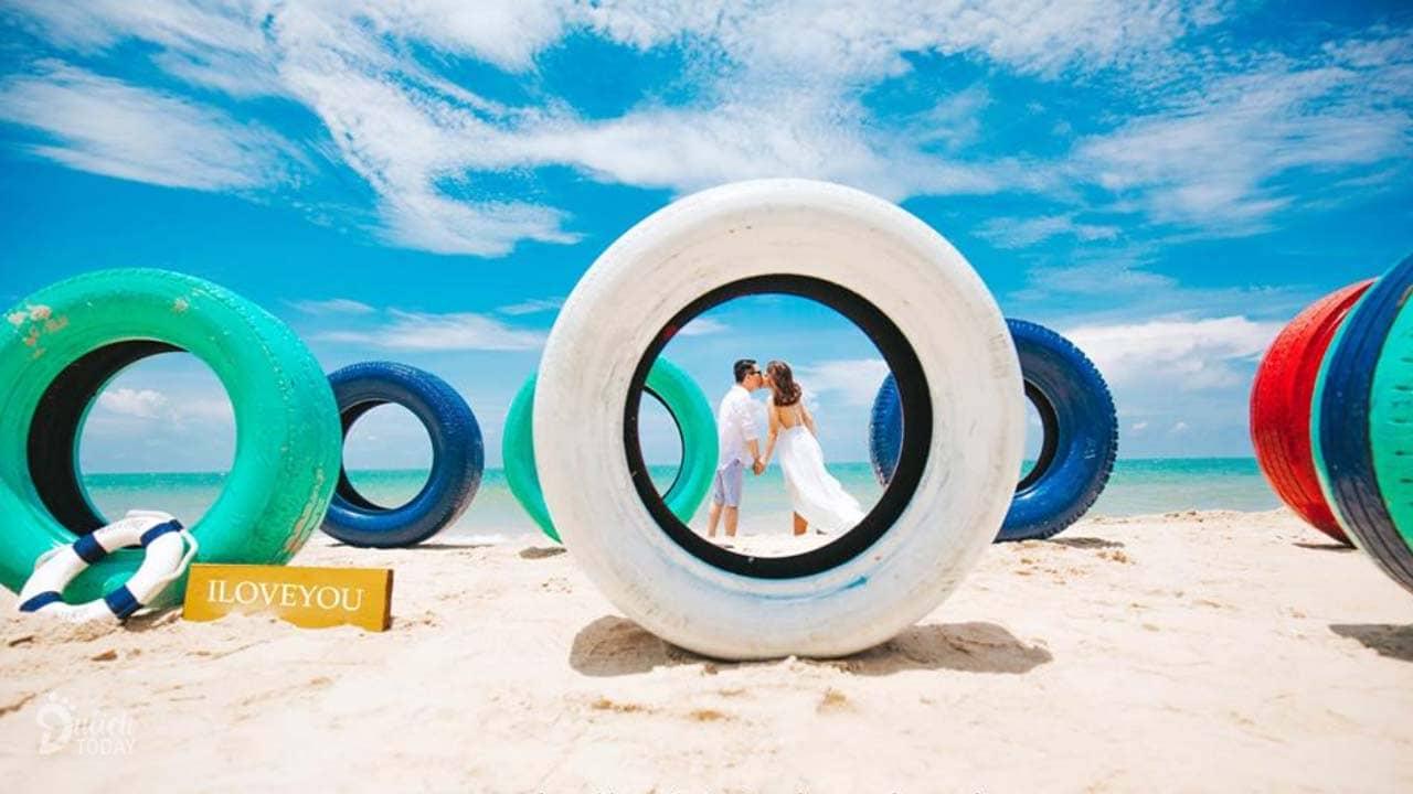 The Beach House Resort nằm sát biển với không gian trẻ trung, năng động