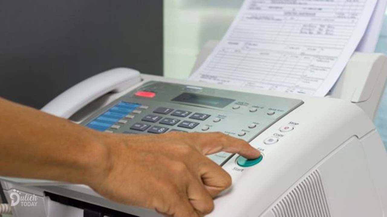 Làm việc cùng máy fax ở biệt thự Hùng Vương