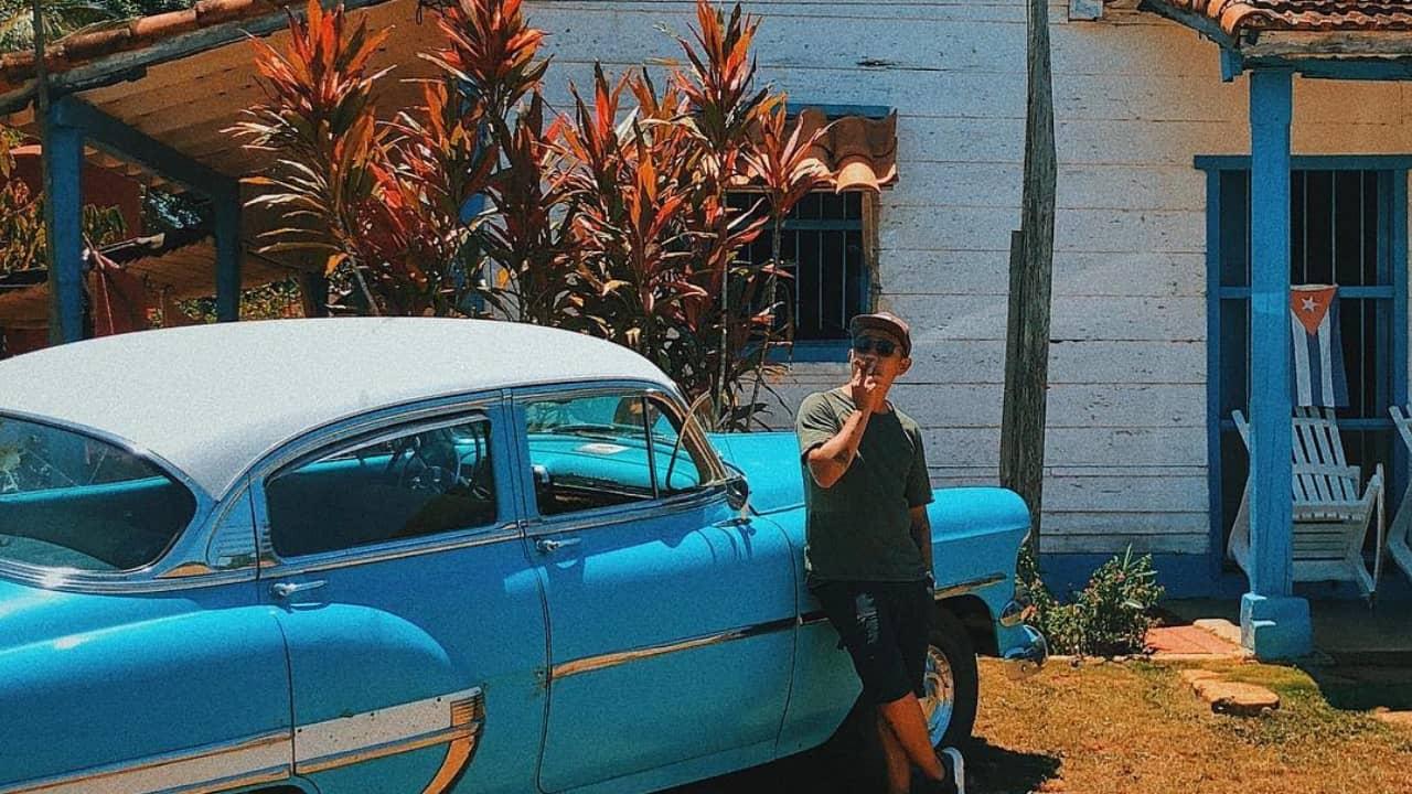 Vinh Gấu với bức ảnh trong chuyến du lịch đến Cuba