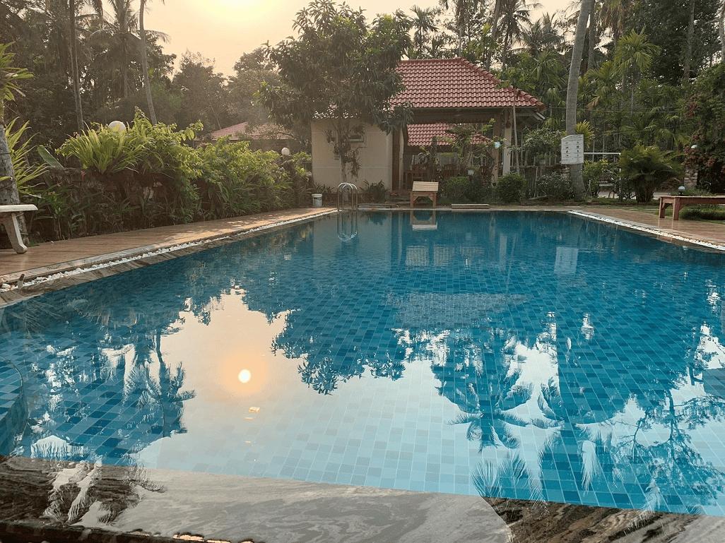 Hồ bơi lớn trong khuôn viên biệt thự