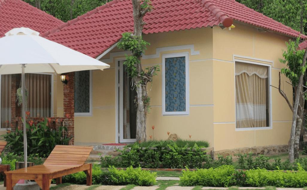 Bungalow gồm 1 phòng nghỉ đơn 2 giường hoặc giường đôi được bố trí giữa mảnh vườn xanh trong khuôn viên biệt thự