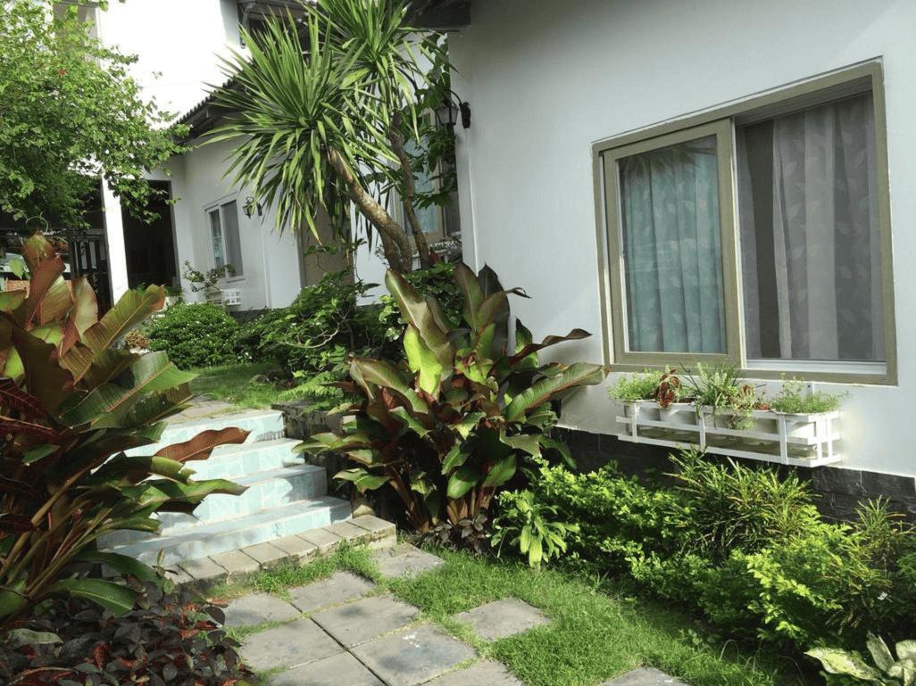 Mỗi bungalow được bao quanh bởi thảm cỏ, tán cây