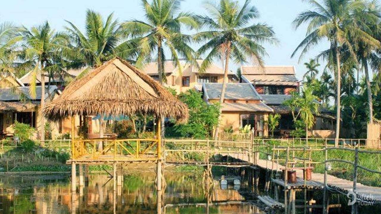 """Thiết kế nhà chòi lợp bằng lá dừa ở giữa cùng những hàng dừa cao vút tạo không gian thoáng đãng yên bình và đậm chất """"thôn quê"""""""