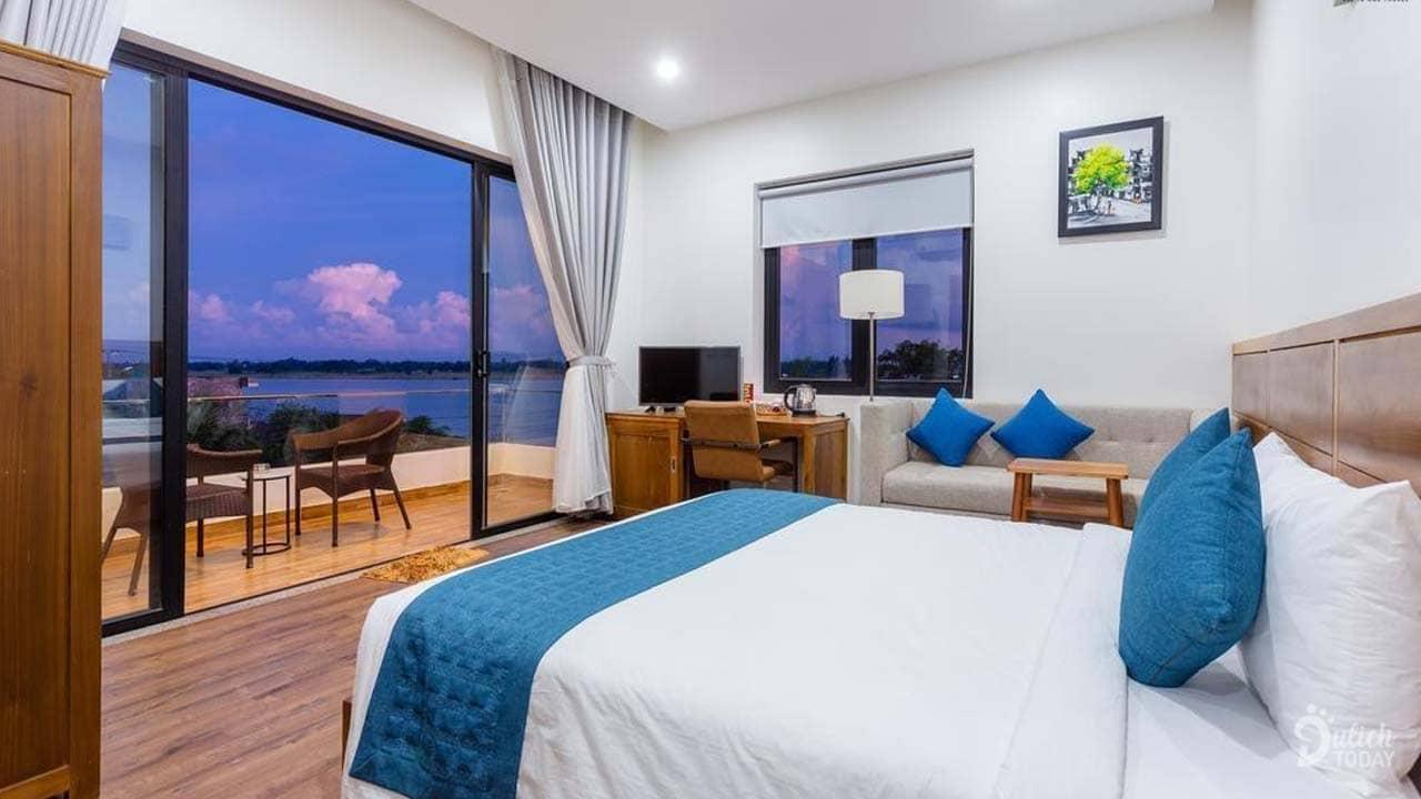 """Phòng có diện tích 32m2 với tone màu trắng-xanh chủ đạo cho du khách cảm nhận không gian đậm chất """"biển"""""""