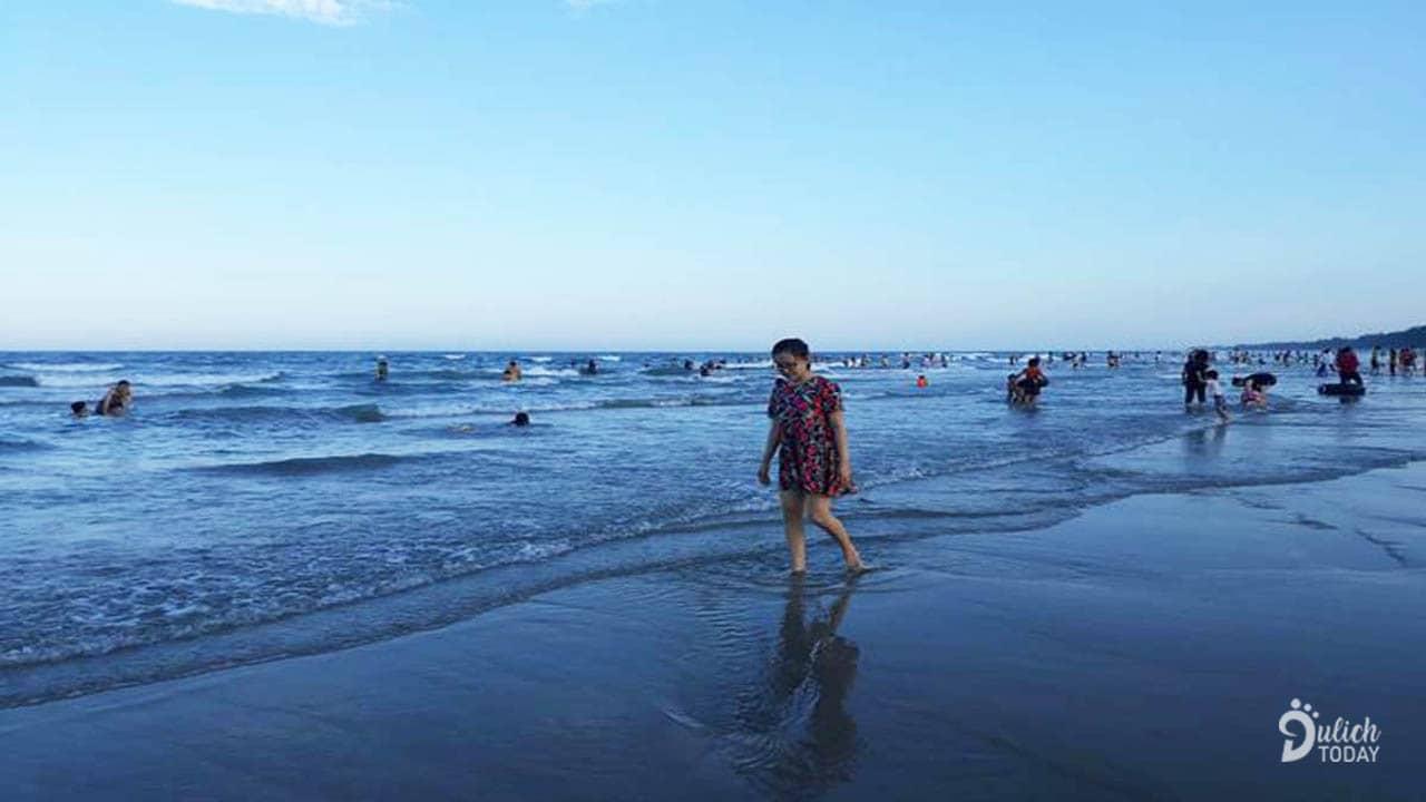 Đi dạo trên bãi biển Mỹ Khê